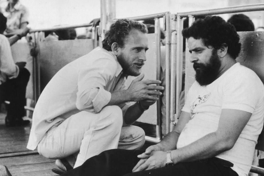 Lula conversa com Enilson Moura, líder sindical conhecido como Alemão, que comandava a greve do ABC, em 1980.