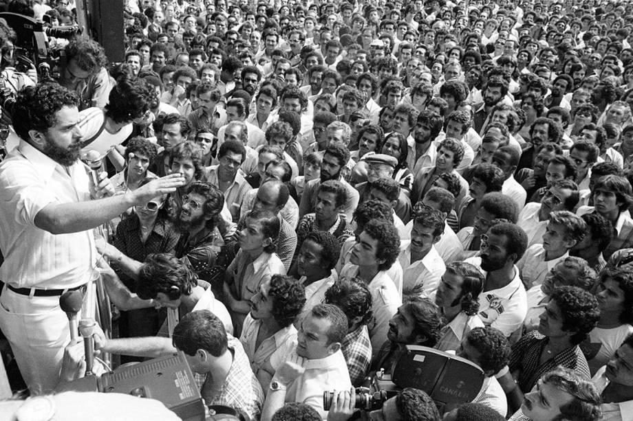 Lula discursa aos metalúrgicos em greve, no Estádio de Vila Euclides, em 1979.