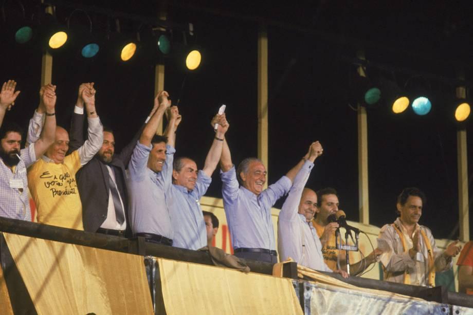 Lula, Ulysses Guimarães, Orestes Quércia, Leonel Brizola, Franco Montoro, Tancredo Neves, Osmar Santos e Fernando Henrique Cardoso, durante comício da campanha Diretas Já, em 1984.