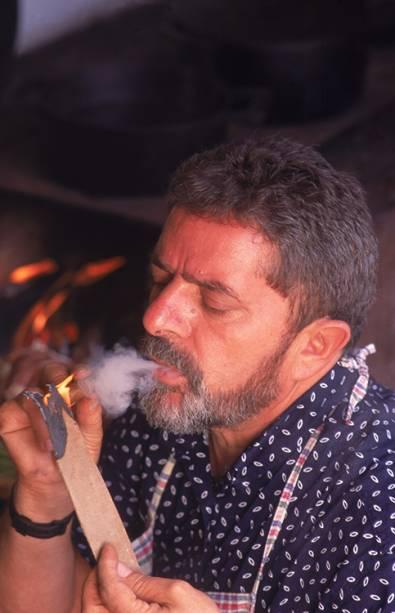 Lula, acende um charuto, ao lado do fogão de lenha, em sua residência, em 1995.