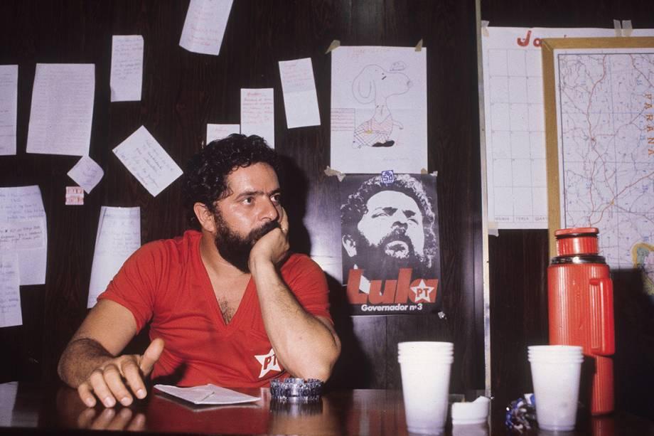 """Dois anos após a criação do PT, o Tribunal Superior Eleitoral (TSE) o reconhece como partido. No mesmo ano, em 1982, Lula se candidata ao governo de São Paulo e, nessa época, incorpora o apelido """"Lula"""" ao sobrenome, como forma de facilitar a identificação nas urnas. Com 10% dos votos, é o quarto colocado e perde a disputa para André Franco Montoro, do MDB."""