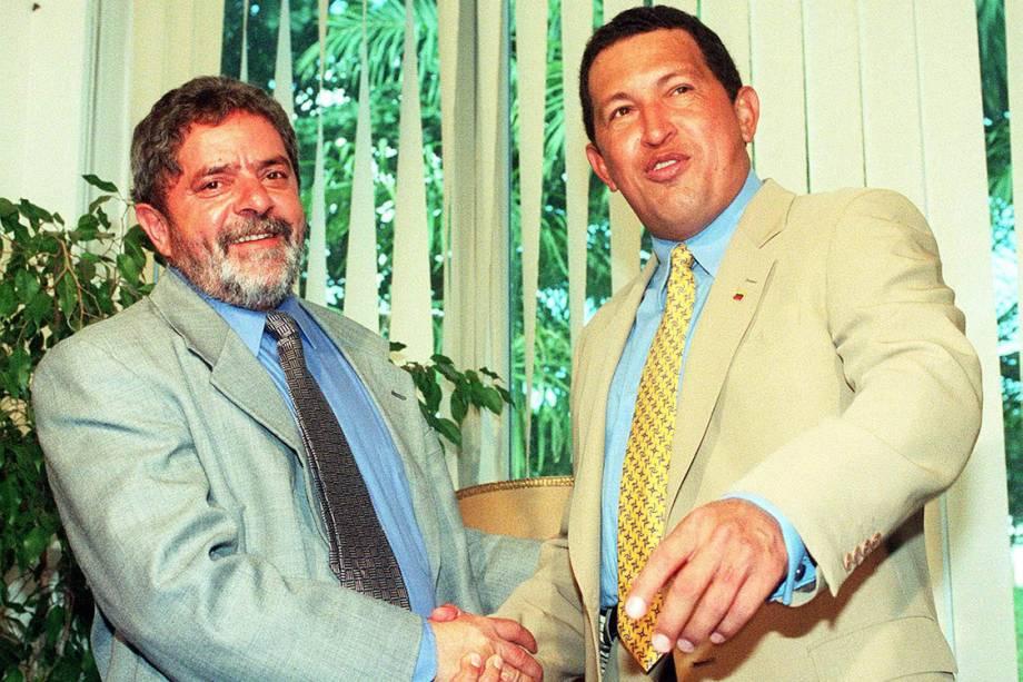 Lula cumprimenta Hugo Chávez, presidente eleito da Venezuela, em 1998.