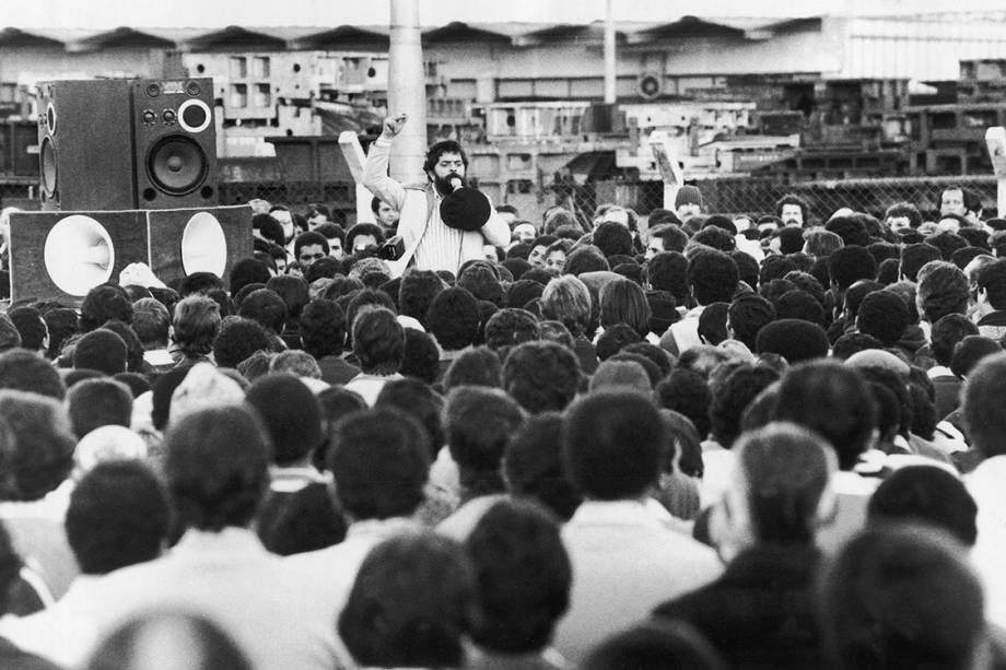 Lula discursa para funcionários da Ford, durante greve em protesto contra as demissões na montadora, em 1981.