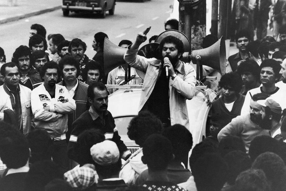 Lula discursa para funcionários da Volkswagen, durante greve em protesto contra as demissões na montadora, em 1980.