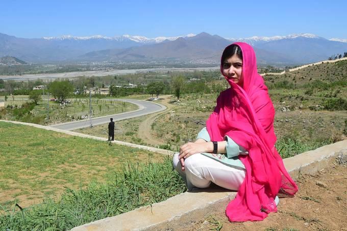 Malala Yousafzai, vencedora do Prêmio Nobel da Paz, durante visita à sua cidade natal, no Paquistão