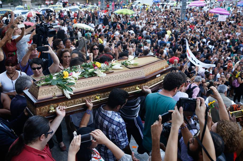 O corpo da vereadora Marielle Franco e do motorista Anderson Gomes deixa Câmara do Rio sob aplausos e pedidos por justiça