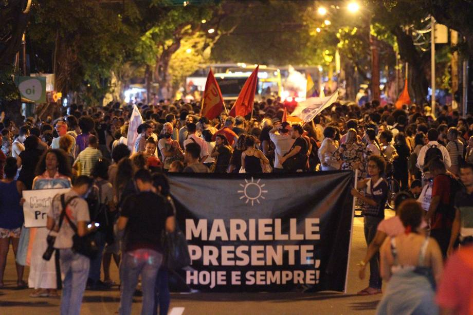 Manifestantes participam de ato ecumênico pela memória da vereadora Marielle Franco, em frente à Câmara de Vereadores de Recife