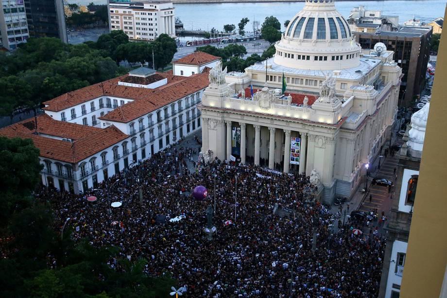 Milhares de pessoas protestam em frente a Alerj contra a morte da vereadora Marielle Franco, no Rio