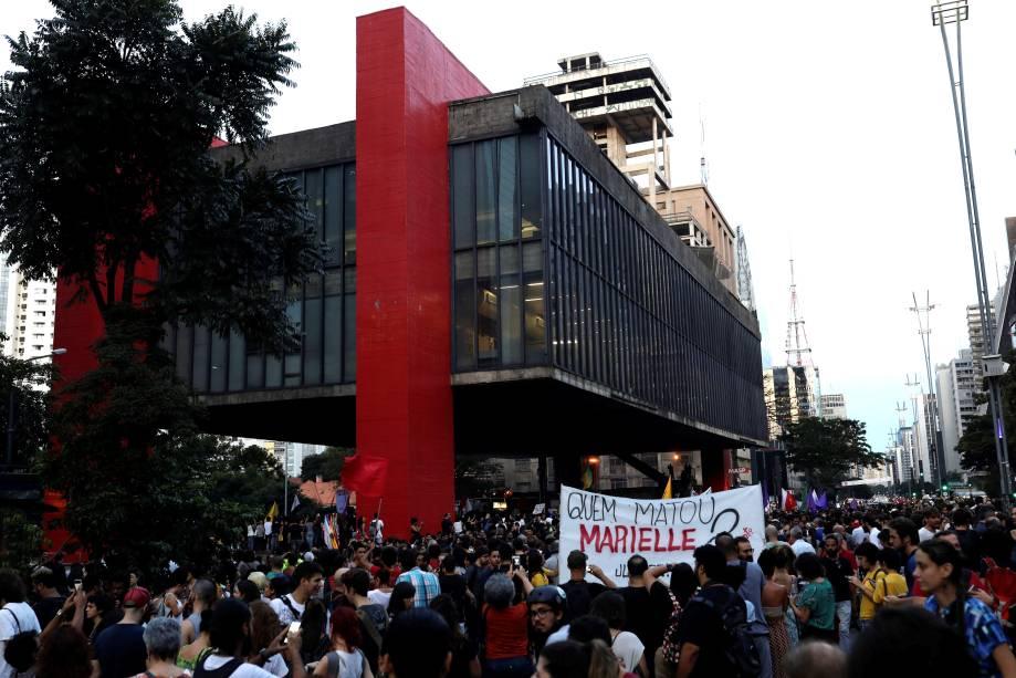 Manifestantes protestam pela morte da vereadora Marielle Franco (PSOL) e do motorista Anderson Gomes, na avenida Paulista, São Paulo - 15/03/2018