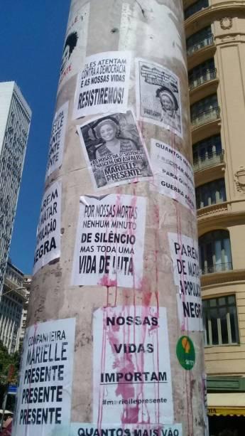 Cartazes em protesto ao genocídio negro, e a violência contra as mulheres são vistos na frente da Câmara de Vereadores do Rio de Janeiro