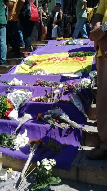 Flores são postas na escada da Câmara de Vereadores do Rio de Janeiro antes do velório de Marielle Franco