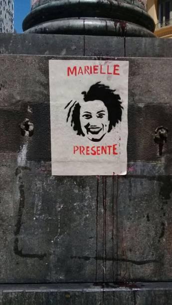 Cartaz de solidariedade ao assassinato de Marielle Franco é visto durante a movimentação em frente à Câmara de Vereadores do Rio de Janeiro, que antecede o velório da ex-vereadora - 15/03/2018