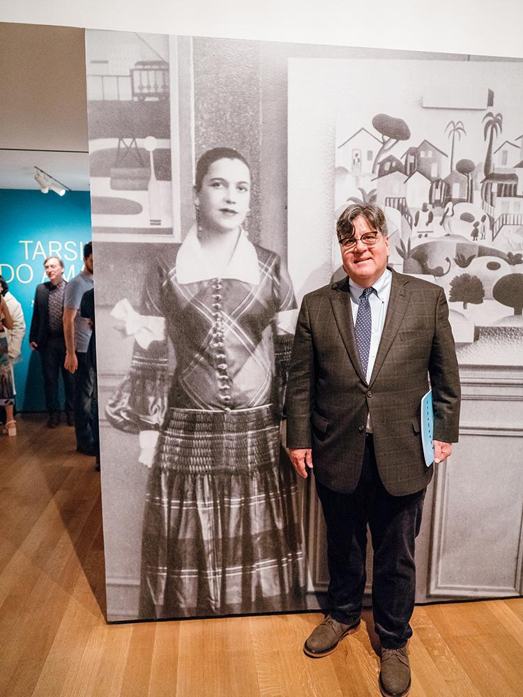 Oramas ao lado de retrato de Tarsila no MoMA, em Nova York