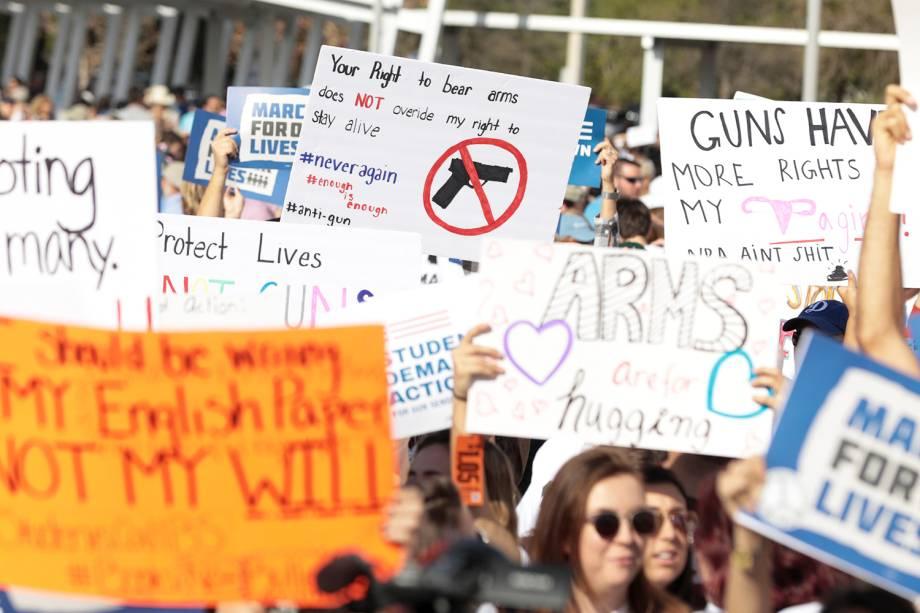 Manifestantes seguram cartaz em protesto contra armas de fogo, denominado 'March for Our Lives', realizado em Miami, no estado americano da Flórida - 24/03/2018