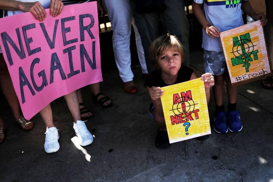 """Manifestantes participam de protesto contra armas de fogo, denominado """"March for Our Lives"""", em frente ao consulado americano localizado em São Paulo (SP) - 24/03/2018"""