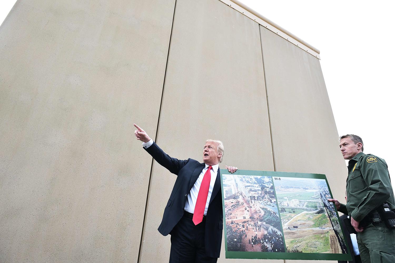 O presidente dos Estados Unidos, Donald Trump, inspeciona protótipos de muros de fronteira, em San Diego, no estado americano da Califórnia - 13/03/2018