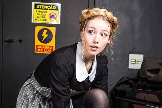 A atriz Malu Rodrigues como a protagonista Maria no backstage do musical 'A Noviça Rebelde'