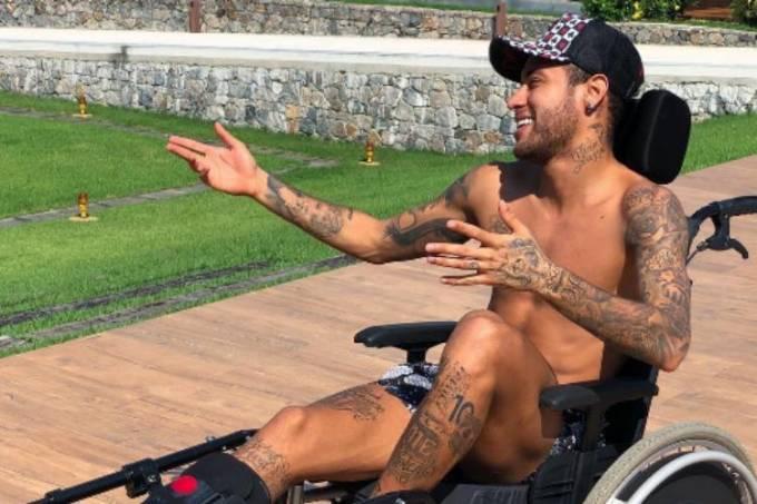 De cadeira de rodas, Neymar posta foto em sua mansão no Rio