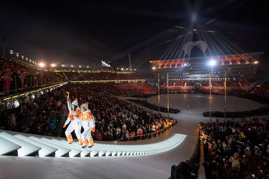 Atletas carregam a tocha olímpica durante a abertura das Olimpíadas Paralímpicas de PyeongChang, na Coreia do Sul