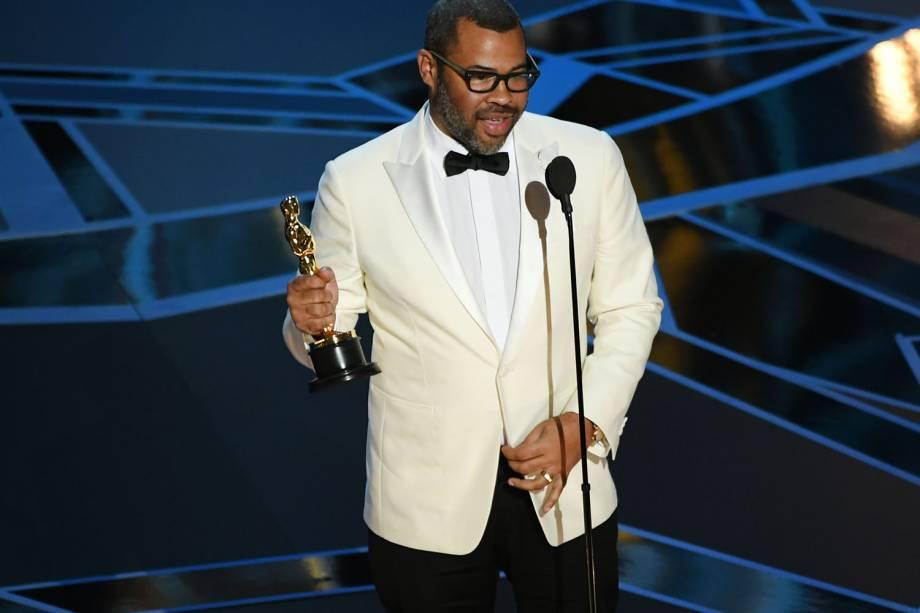 Jordan Peele recebe o Oscar de melhor roteiro original por 'Corra!'