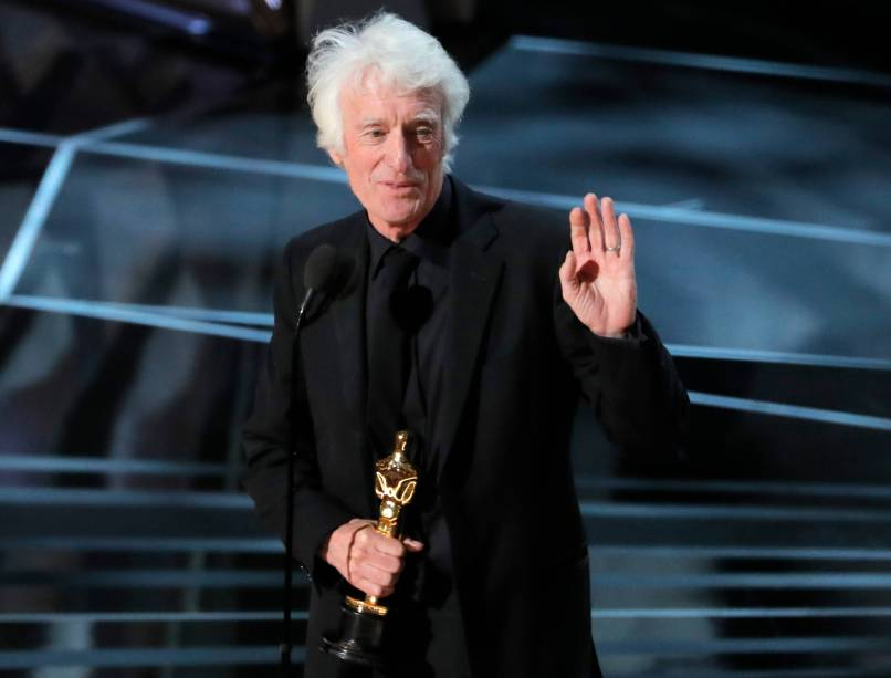 O diretor de fotografia Roger Deakins recebe o Oscar de fotografia por 'Blade Runner 2049'