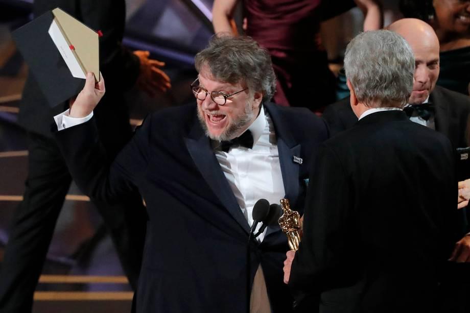 O diretor Guillermo del Toro comemora após 'A Forma da Água' vencer o Oscar de melhor filme
