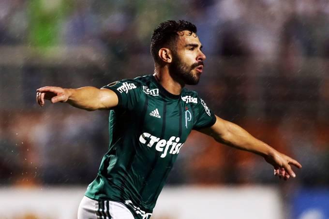 Bruno Henrique, do Palmeiras, comemora após marcar gol contra o Santos, pela semifinal do Campeonato Paulista, no Pacaembu