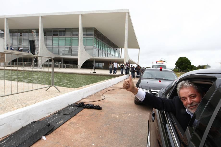 <span>Em 2010, após ser confirmada como candidata do PT à presidência e com o apoio massivo de Lula, Dilma Rousseffvence o tucano José Serra no segundo turno e é eleita a primeira mulher a presidir o Brasil. Na foto acima, Lula é fotografado na saída do Palácio do Planalto, instantes antes de</span> passar a faixa presidencial para Dilma, em 2011.