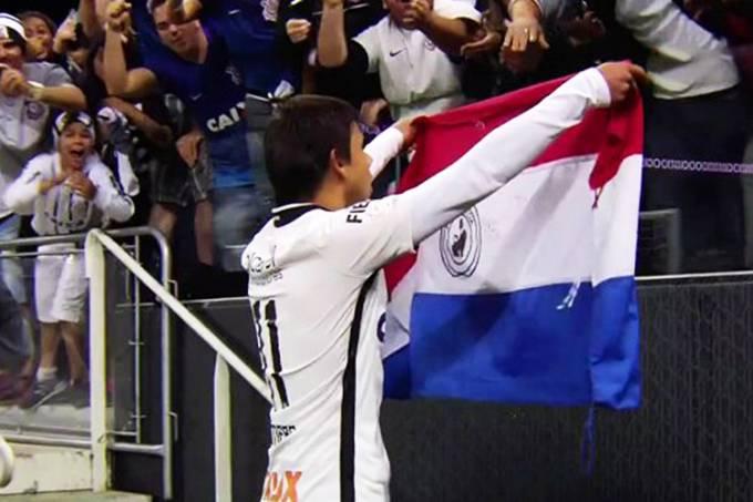 Romero com bandeira do Paraguai