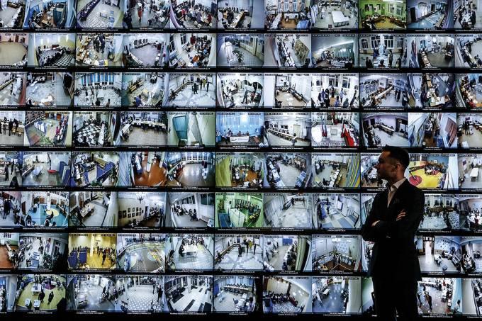 Homem observa telas ao vivo de zonas de votação da Comissão Eleitoral Central, na Rússia