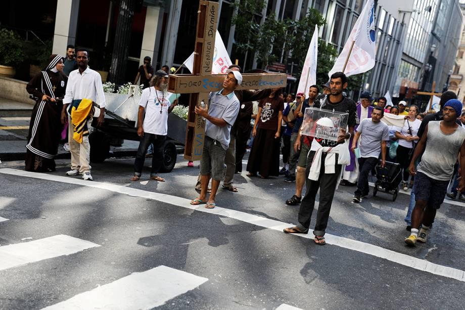 Fiéis participam de procissão de Sexta-feira Santa, em São paulo