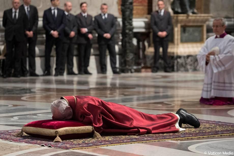 Papa Francisco deita no chão durante missa de Sexta-feira Santa, na Basílica de São Pedro, no Vaticano