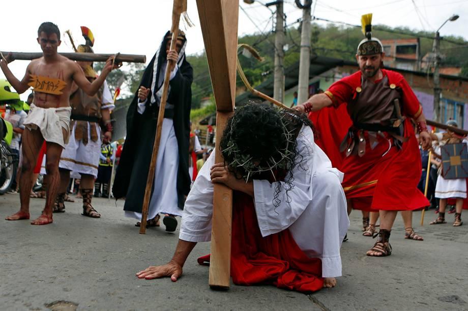 Atores encenam a Via-Crúcis de Cristo durante a Sexta-Feira Santa, em Yumbo, Colômbia