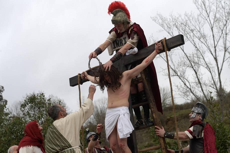 Atores encenam a Via-Crúcis de Cristo durante a Sexta-Feira Santa, em Infiesto, Espanha