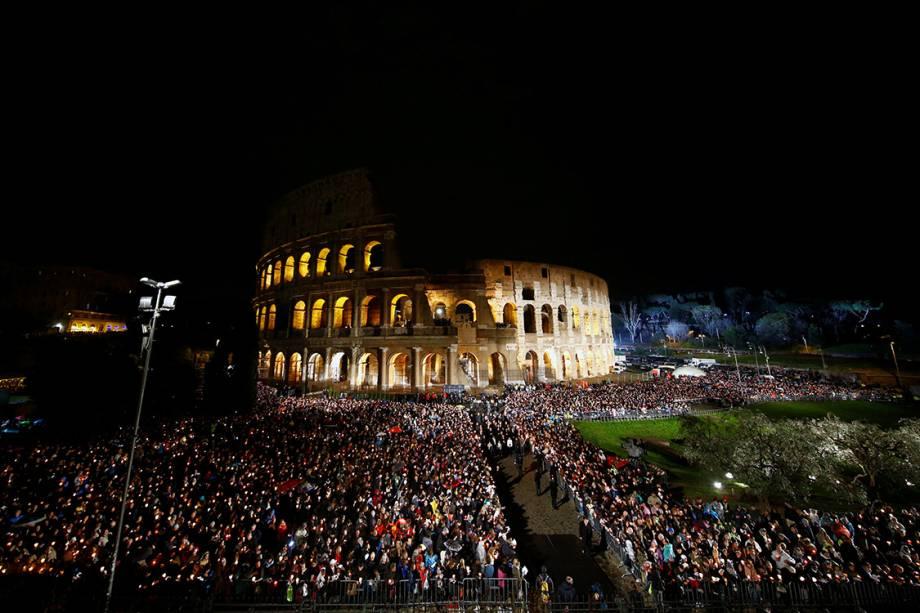 Papa Francisco durante a encenação da Via-Crúcis de Cristo no Coliseu, na Sexta-Feira Santa, em Roma