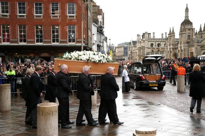 Centenas de pessoas aguardam do lado de fora da igreja de St. Mary the Great para se despedirem de Stephen Hawking, em Cambridge