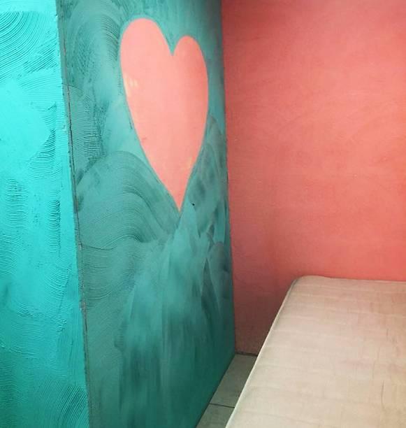 Decoração na patede do quarto reservado para visitas íntimas na prisão de Benfica
