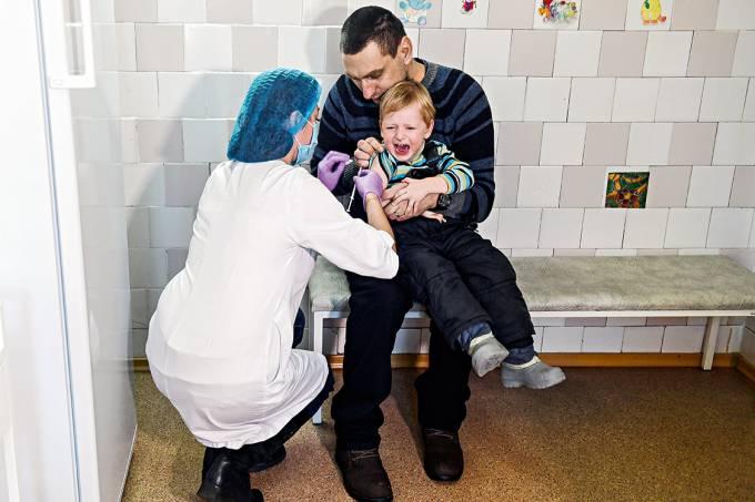 Janeiro de 2018 – Menino é imunizado em Kiev, na Ucrânia, em meio ao aumento de casos de sarampo