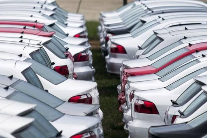Carros novos estacionados em pátio da Volkswagen em Taubaté, São Paulo