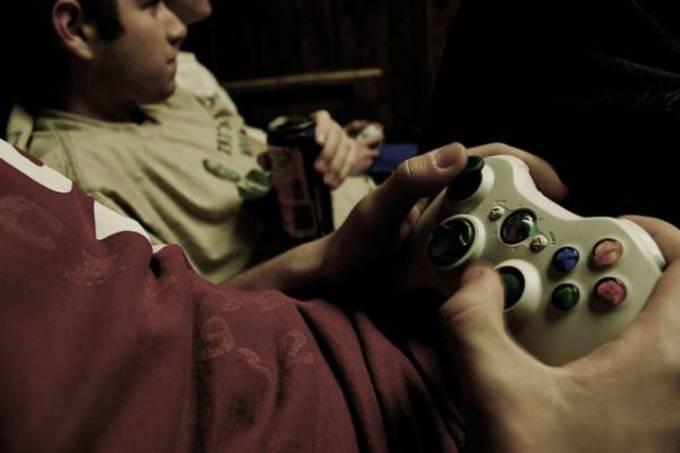Adolescente jogando videogame