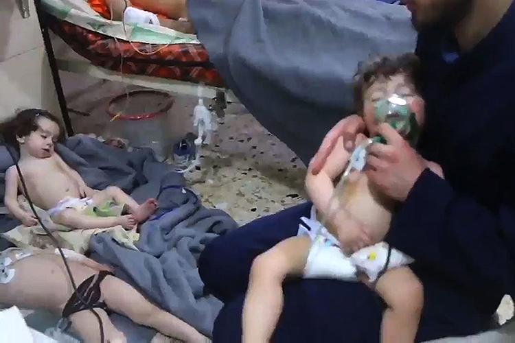 Frame de vídeo da defesa civil síria mostra atendimento a crianças vítimas de um ataque químico que ocorreu em Ghouta próximo a Damasco - 08/04/201