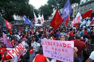 Protesto contra a prisão do ex-presidente Luiz Inácio Lula da Silva, no Rio de Janeiro (RJ), com concentração na Praça da Candelária - 06/04/2018
