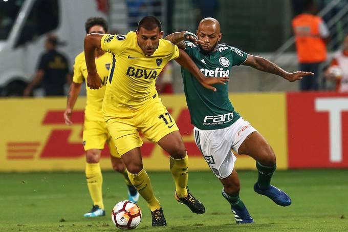 Abila e Felipe Melo durante disputa de bola na partida entre Palmeiras e Boca Juniors, pela Libertadores, em São Paulo