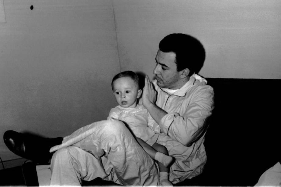 Cantor João Gilberto e seu filho, João Marcelo Gilberto, no início da década de 1960