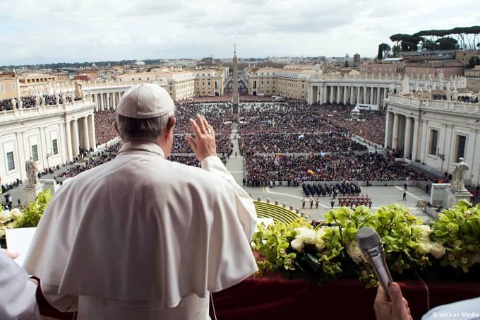 """Papa Francisco profere a """"Urbi et Orbi"""" na sacada central da basílica de São Pedro no Vaticano"""