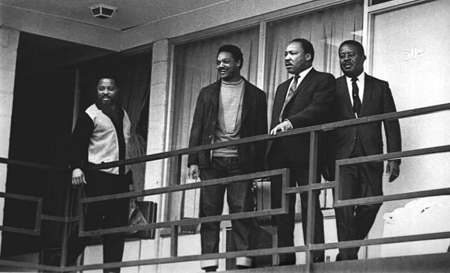 Rev. Martin Luther King Jr. junto de outros líderes de direitos civis na varanda do Hotel Lorraine, um dia antes de ser assassinado no mesmo local - 02/04/1968