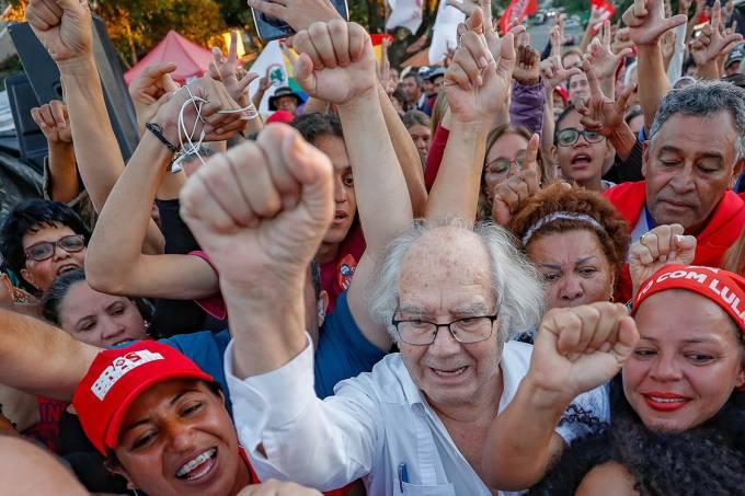 Prêmio Nobel da Paz Adolfo Pérez Esquivel participa de manifestação pela libertação do ex-presidente Lula, em Curitiba