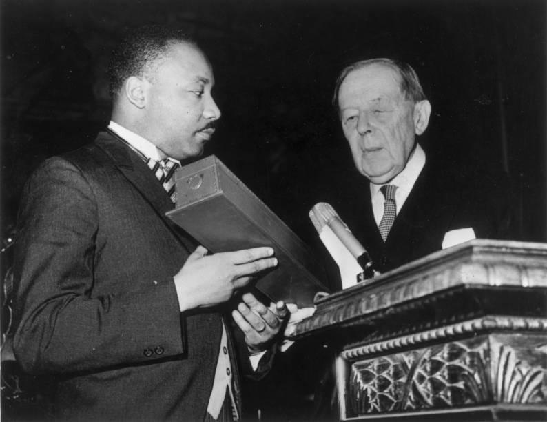 Martin Luther King, líder dos direitos civis dos EUA recebe o Prêmio Nobel da Paz de Gunnar Jahn, presidente do Comitê do Prêmio Nobel, em Oslo, na Noruega - 10/12/1964