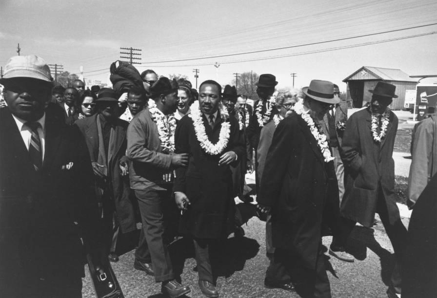 Martin Luther King, líder dos direitos civis americanos, e seu amigo Ralph Abernathy, são vistos durante uma marcha no estado norte-americano do Alabama - 03/1965