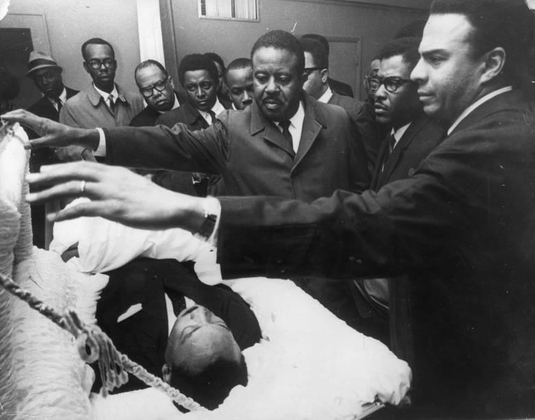 Andrew Young, Bernard Lee e Reverendo Ralph Abernathy, colegas do líder estadunidense dos direitos civis prestam homenagens durante o velório de Martin Luther King, em Menphis, no Texas - 04/08/1968